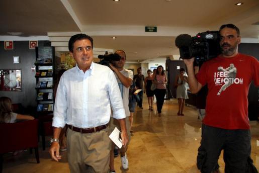 Jaume Matas antes de ofrecer una rueda de prensa tras conocer la reducción de su condena de 6 años de cárcel a 9 meses por una pieza del caso Palma Arena.