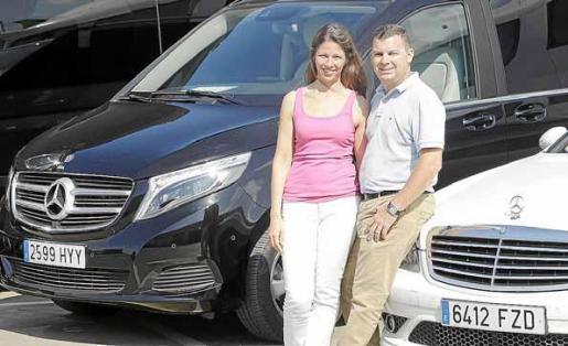 Mirta Cañedo y Rodrigo Medina con dos de las joyas con las que cuenta Autocares Guasch y Serra.