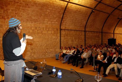Chema Alonso en un momento de su conferencia ante el numeroso público asistente en Es Baluard.