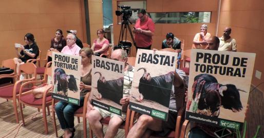 Momento del pleno de Lloseta, en el que unos activistas mostraron unos carteles contra las corridas de toros.