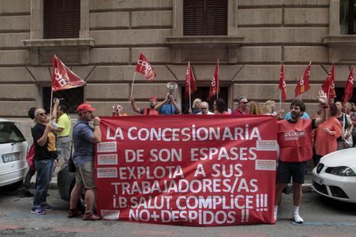 Un grupo de trabajadores de limpieza de son Espases se han concentrado ante la sede del IB-Salut para protestar por sus condiciones laborales.