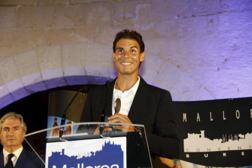 Rafael Nadal recibiendo la Esfera de Honor del Mallorca Convention Bureau por la promoción que realiza de las Illes Balears.