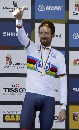 El ciclista británico Bradley Wiggins, en el podio tras proclamarse campeón del mundo en la contrarreloj individual élite masculina, disputada en Ponferrada.