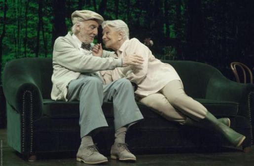 Héctor Alterio y Lola Herrera, en un momento de 'En el estanque dorado'.