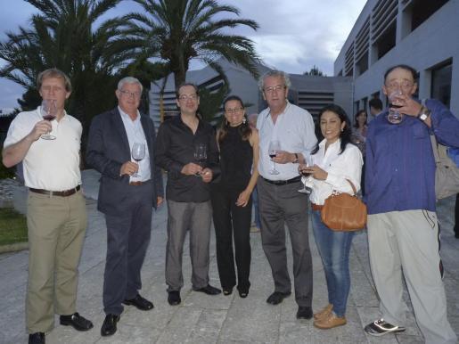 Xavier Castanyá, José Luis Roses, Arnau Galmés, Neus Forteza-Rey, Juan Miralles, Patricia Colmenares y Claudio Capellini probando el aroma y sabor del vino de las bodegas J.L. Ferrer que se presentó esa noche.