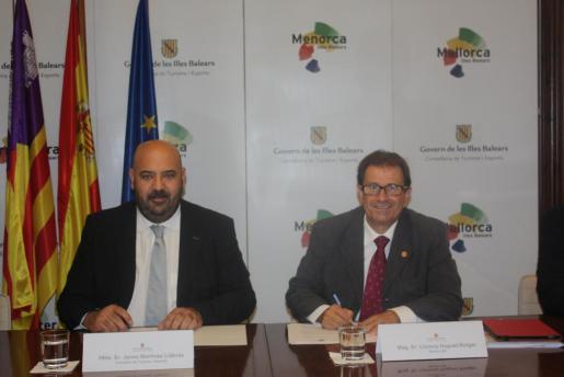 Jaime Martínez y Llorenç Huguet durante la firma de los convenios entre la ATB y la UIB.