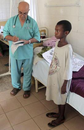 Fotografía facilitada por Juan Ciudad ONGD del hermano Manuel García Viejo, el misionero leonés infectado por el virus del Ébola en el en el Hospital de San Juan de Dios en Lunsar, Sierra Leona.