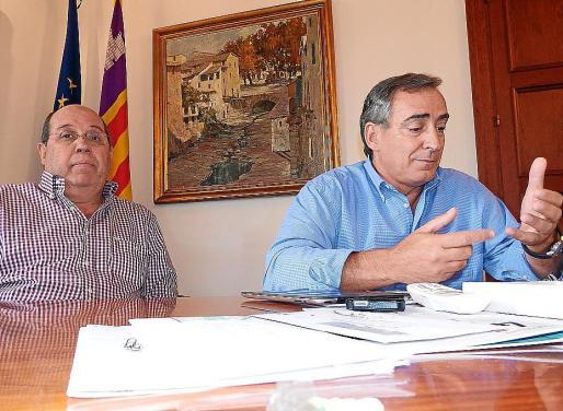 El consejal Gabriel Darder y el alcalde Carlos Simarro quisieron dar explicaciones sobre los terrenos.