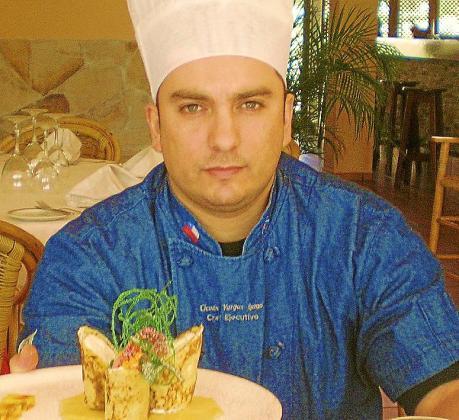 El chef del restaurante Royal Beach Club, Claudio Vargas, junto a su sopa de melón marina con hierba buena limonera y helado de Oli de Mallorca D.O.