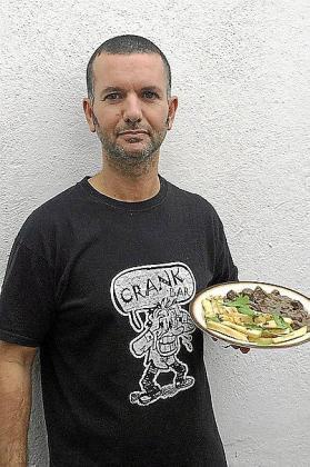 Santi Moll posa con el resultado de su receta de hígado encebollado con especias.
