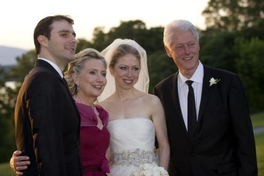 Marc Mezvinsky, Hillary Clinton, Chelsea Clinton y Bill Clinton, el día de la boda de la única hija del expresidente estadounidense.