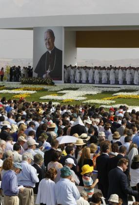 Miles de personas asisten a la ceremonia de beatificación de Álvaro del Portillo, prelado del Opus Dei.
