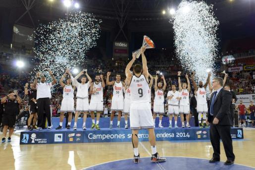El capitán del Real Madrid Felipe Reyes, junto a sus compañeros, levanta la copa tras conquistar la Supercopa de España.