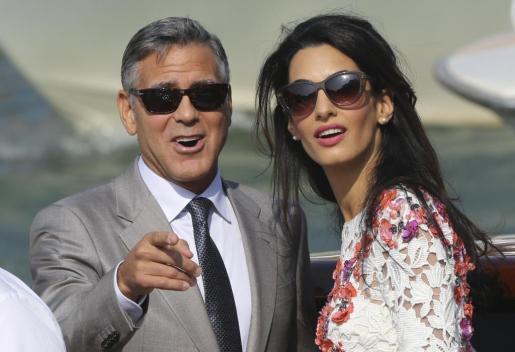 George Clooney y su mujer Amal Alamuddin en el Gran Canal de Venice.
