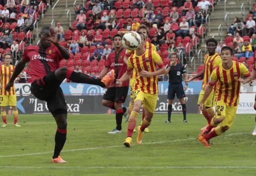 Pereira remata un balón durante el partido.
