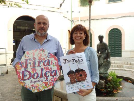 El alcalde, Miquel Ensenyat, y la regidora de Promoció Econòmica, Xisca Trorres, durante la presentación del cartel de la nueva edición de la feria.