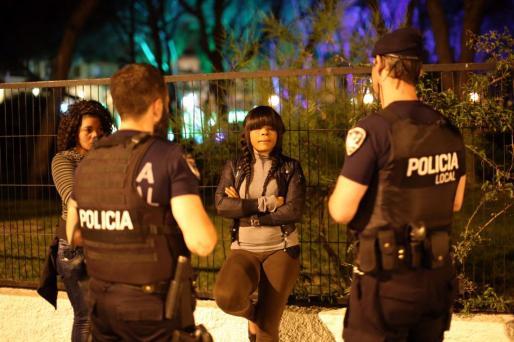 Dos policías locales interceptan a dos prostitutas de origen nigeriano en Palma.