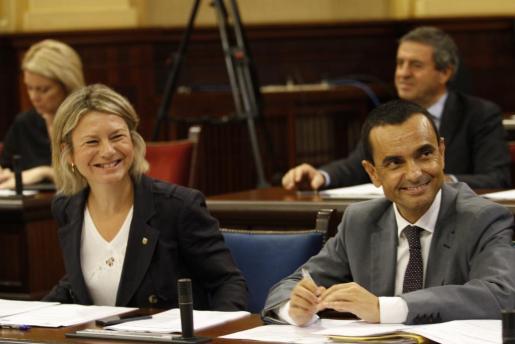 Núria Riera y Joaquín García, esta mañana durante el pleno del Parlament.