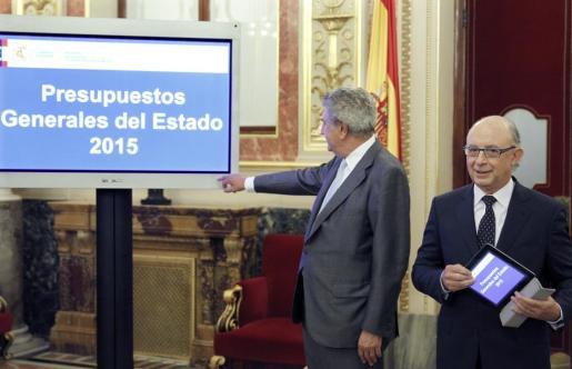 El ministro de Hacienda, Cristóbal Montoro (d), entregó al presidente del Congreso, Jesús Posada, el proyecto de ley de Presupuestos Generales del Estado para 2015, esta mañana en la Cámara Baja.
