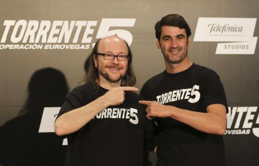"""El actor y director, Santiago Segura (i), junto a Jesulín de Ubrique, durante la presentación en Madrid de la quinta entrega de la saga """"Torrente""""."""
