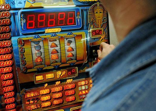 El arrestado conseguía que las máquinas le dieran premio saliera la combinación que saliera.