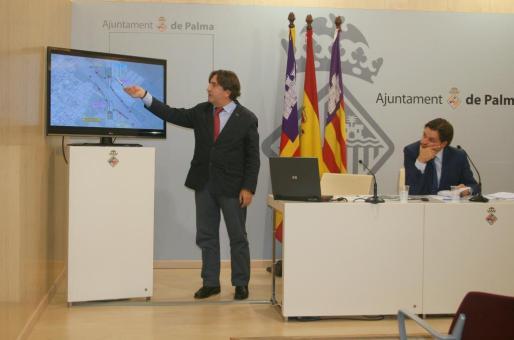 El conseller Mauricio Rovira explicando el proyecto, junto al y teniente de alcalde de Urbanismo y Vivienda de Cort Jesús Valls.