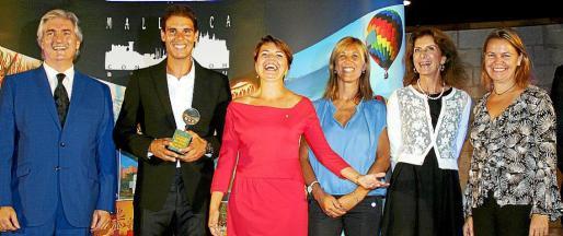 El presidente de Mallorca Convention Bureau, Martín Adrover; Rafa Nadal con su trofeo en las manos; Margalida Durán, Teresa Palmer, Carmen Planas y Maria Salom.