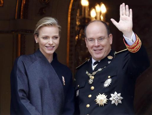Fotografía de archivo del 19 de noviembre del 2013 que muestra a Alberto II (d) y Charlene (i) de Mónaco durante un desfile militar con motivo del Día Nacional de Mónaco celebrado en Monte Carlo.