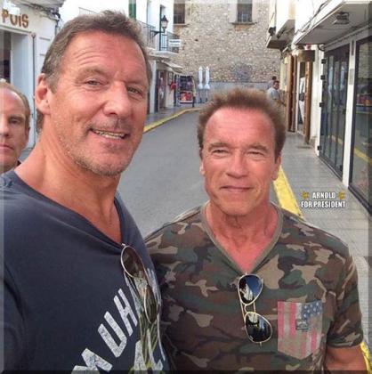"""Arnold Schwarzenegger ha colgado esta imagen en su perfil de Facebook """"Arnold Schwarzenegger for president 2016""""."""