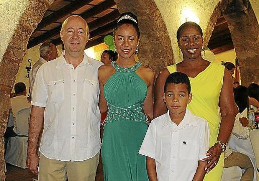 Maria Elena junto a sus padres, Pep Perelló y Doris Baldrich, y su hermano, Rafel Daniel Perelló.