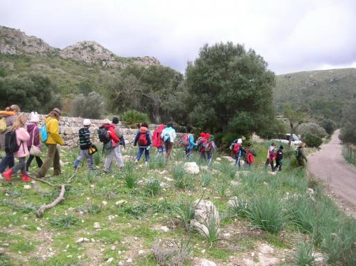 Un grupo de alumnos caminando por el Parc Natural de Llevant.