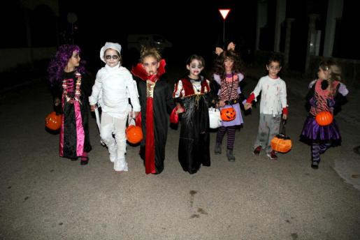 Un grupo de niños, disfrazados durante Halloween.