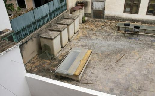 Unos niños cayeron a un piso inferior desde una terraza.