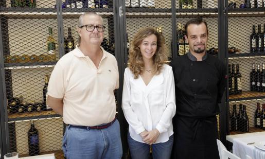Los propietarios de Ses Escoles, Miquel Guasch, su hija Xesca, y el chef Miquel Llabrés