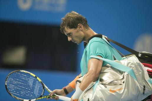 El tenista manacorí Rafa Nadal abandona la pista tras caer derrotado ante el eslovaco Martin Klizan en el partido de cuartos de final del torneo de Pekín que disputó contra el en Pekín este viernes 3 de octubre de 2014. Klizan venció a Nadal por 6-7 (4), 6-4 y 6-3.