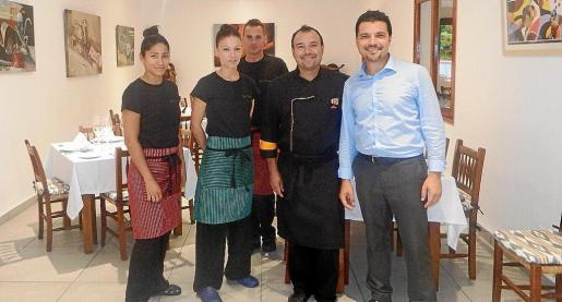 Algunos de los miembros del equipo de trabajo de Sa Teulera: Jeny Quiroga, Maria del Mar Riera, Alex, el chef Matías Payeras y el encargado del restaurante, Martín Bartoloni.