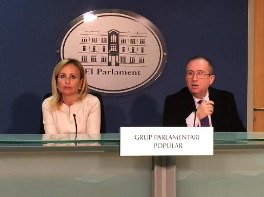 Los populares Mabel Cabrer y Carlos Veramendi en un rueda de prensa concedida este lunes.