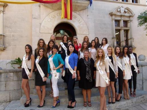 Las jóveness, durante su visita al Ajuntament de Alcúdia, donde las recibió la alcaldesa Coloma Terrassa.