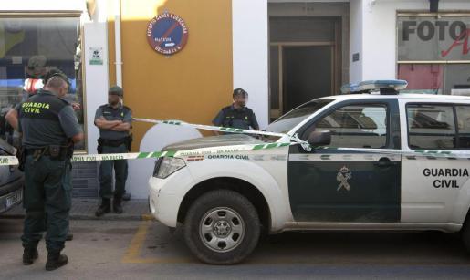 Miembros de la Guardia Civil ante las puertas del domicilio donde aparecieron los cuerpos de los dos hermanos, una joven de 20 años y un chico de 16 que han fallecido por heridas de arma blanca esta madrugada en una agresión en Ubrique.