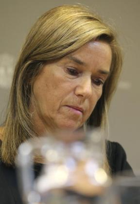 La ministra de Sanidad, Ana Mato, durante la rueda de prensa que ha ofrecido este lunes, en la sede del Ministerio, en la que ha confirmado el contagio por ébola de una enfermera del hospital Carlos III de Madrid tras atender en este centro al misionero Manuel García Viejo, fallecido el 25 de septiembre.