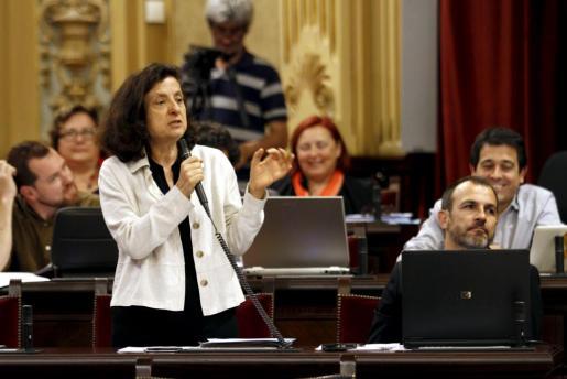 La representante de Més per Mallorca afirma que el Govern ha dado la orden de que no se den ayudas económicas a las personas dependientes y que se oferten plazas en residencias y centro de día.