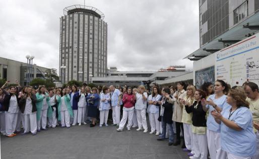 Unos 200 trabajadores del hospital universitario La Paz se han concentrado hoy a las puertas del centro sanitario para pedir la dimisión de la ministra de Sanidad, Ana Mato, y del presidente de la Comunidad de Madrid, Ignacio González, y en solidaridad con su compañera infectada por el virus del Ébola.