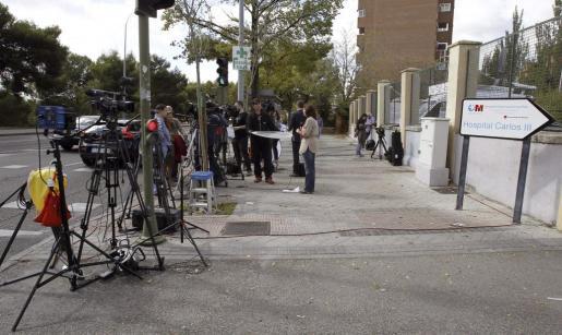Periodistas congregados esta mañana a la entrada del Hospital Carlos III de Madrid .