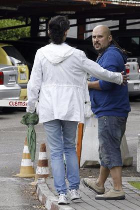 José Ramón, el hermano de Teresa Romero, la auxiliar de enfermería contagiada por Ébola, en las puertas del hospital Carlos III de Madrid.