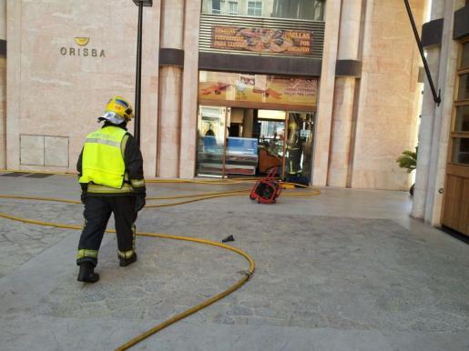 Bomberos en el incendio de un local de comidas preparadas de Palma.