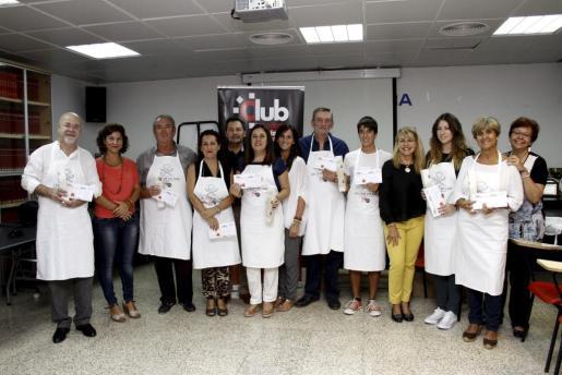Foto de familia de los ganadores del concurso junto a Lola Olmo, Pep Oliver, Marga Bauçà, Fina Costa, y Esther Calvo, colaboradores en esta edición.