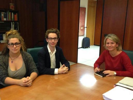 La consellera de Educació Nuria Riera durante una reunión con representantes estudiantiles.