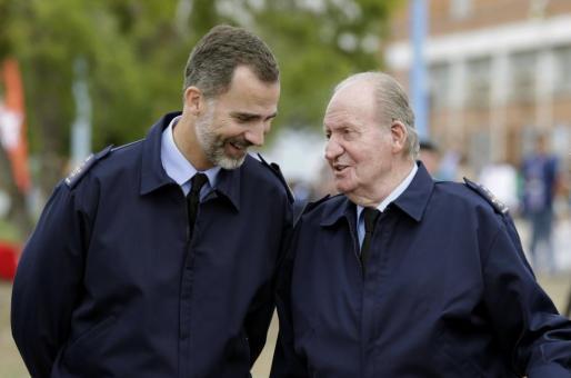 Los reyes Felipe VI y Juan Carlos I asisten al Festival Aéreo Internacional que, con motivo del 75 Aniversario del Ejército del Aire, se ha celebrado en la base de Torrejón de Ardoz.
