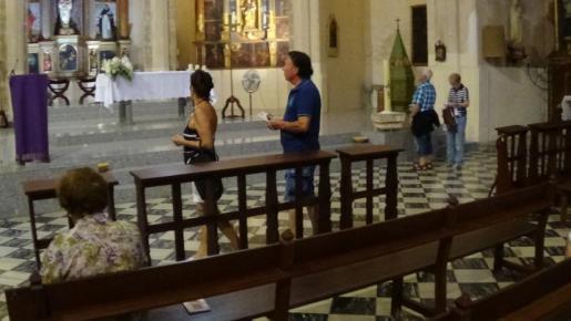 Cerca de 200 personas aprovecharon la apertura de la iglesia Santa Maria de Andratx para visitarla.