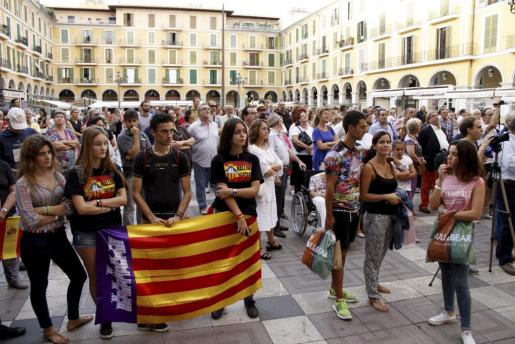 La Plaça Major de Palma ha acogido una manifestación a favor de una educación «de calidad, trilingüe y apolítica».